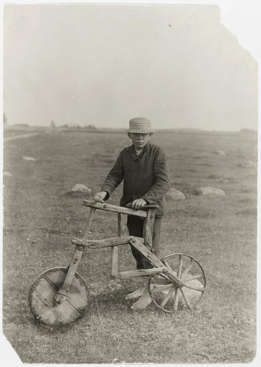 «Мой самодельный велосипед». Тарвасту, уезд Вильяндимаа, Эстония, 1912. Фотограф Йоханнес Пяэсуке